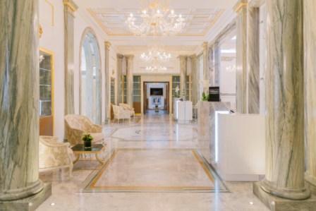 Les lustres scintillent de tous leurs feux des colonnes de marbre antiques ont même été dégagées des dernières rénovations de ce quétait naguère une