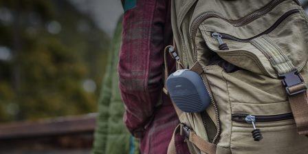 0b530b0097 ... équipé d'une lanière en silicone très résistante qui permet de fixer ce  petit bijou technologique sur un sac à dos, un vélo voire à sa ceinture… ;