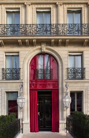 Entre la rue du Faubourg Saint-Honoré et l avenue Montaigne, la discrétion  est en effet de mise en ces lieux, vastes trottoirs, haies protégeant des  regards ... cc9c4acd555